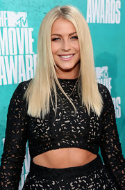 Julianne's bottle blond locks were worn super-straight at the MTV Movie Awards.