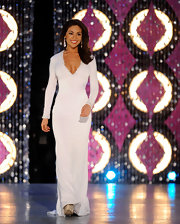 Noelle competed in the Miss America Pageant evening gown competition in a simple white jersey gown with long sleeves.