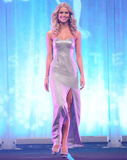 Renae Ayris showed off her killer figure in a strapless silver evening gown that featured a thigh-bearing slit a la Angelegging.