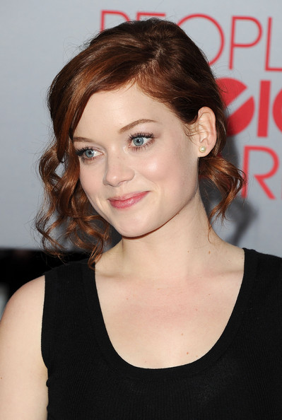 Jane Levy looked sweet in a bobby pinned 'do complete with face-framing curls.