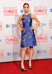 Jennifer Lawrence paired her abstract frock with black satin platform peep-toe pumps.