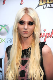 Taylor Momsen's intensely encircled smoky eyes were created using black, gunmetal gray and deep burgundy shadows.
