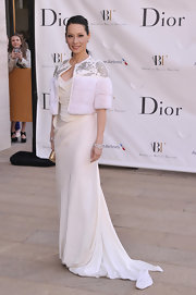 Lucy Liu's white capelet that featured silver embroidery on the shoulders gave her white gown a retro-Hollywood look.