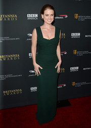 Alice Eve exuded an Old Hollywood vibe at the BAFTA LA Britannia Awards in a simple yet elegant emerald evening dress by Burberry Prorsum.