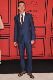 Dan Stevens looked dapper in a dark blue two-button suit, which he paired with a cranberry-colored tie.