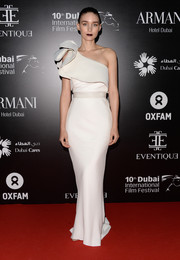 Rooney Mara looked flawlessly sophisticated in a white one-shoulder gown by Lanvin during the Dubai International Film Festival.