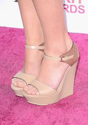 Mary Elizabeth Winstead opted for leather wedge heels with boa detailing to top off her look at the Independent Spirit Awards.