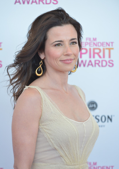 More Pics of Linda Cardellini Long Wavy Cut (1 of 18) - Linda Cardellini Lookbook - StyleBistro