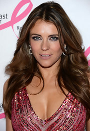A metallic blue eye shadow paired with long fluttery lashes gave Elizabeth Hurley an irresistible beauty look.