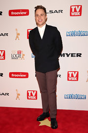 Olly Murs opted for a modern take on the classic suit when he chose this double-breasted black blazer to pair with brown slacks.