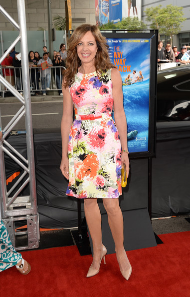 Allison Janney completed her lovely ensemble with a pair of nude pointy pumps.