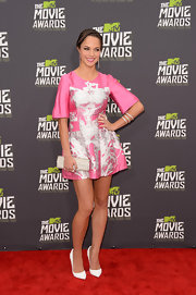 Alexis Knapp chose a pink, printed frock for her chic and contemporary red carpet look at the MTV Movie Awards.