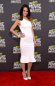 Jordana Brewster looked totally classic and chic on the red carpet when she chose a crisp white, one-shouldered frock with a fit-and-flare skirt.