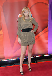 Kelli Giddish chose this long-sleeve brown frock that featured a belted waist.