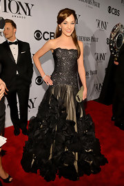 Laura Osnes chose a strapless black lace gown with a voluminous tulle skirt that featured ruffled detailing.