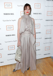 Parker Posey oped for a light gray dress, featuring a gathered, loose top, halter neckline, and flowing full skirt.