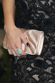 Jenna Dewan-Tatum opted for a nude satin clutch to top off her Oscar 2013 look.