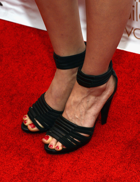 More Pics of Mindy Kaling Red Lipstick (1 of 5) - Makeup Lookbook - StyleBistro [red carpet,footwear,leg,human leg,sandal,shoe,ankle,red,joint,foot,carpet,mindy kaling,writers guild awards,shoe detail,los angeles,jw marriott,california,l.a. live,wgaw,wgaw writers guild awards]