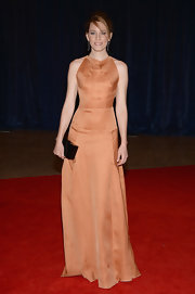 Elizabeth Banks chose a sand-colored gown with a black bow-detailed back for her look at the White House Correspondents' Dinner.