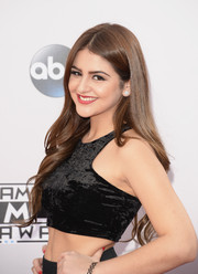 Lauren Giraldo wore her hair long and wavy with a center part during the American Music Awards.