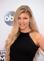 Fergie wore an oh-so-feminine long wavy hairstyle to the American Music Awards.