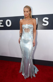 Rapper Iggy Azalea looked stunning and statuesque in this silver Versace gown.
