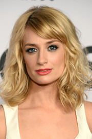 Beth Behrs sported a casual yet gorgeous mussed-up wavy 'do with side-swept bangs at the Tony Awards.