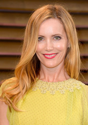 Leslie Mann wore her hair in a simple yet oh-so-lovely wavy style during the Vanity Fair Oscar party.