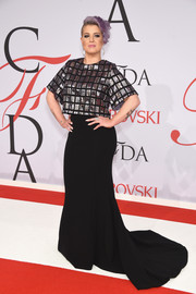Kelly Osbourne gleamed in a metallic grid-patterned crop-top by Christian Siriano at the CFDA Fashion Awards.