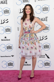 Emmy Rossum oozed feminine appeal at the Film Independent Spirit Awards in a swoon-worthy Oscar de la Renta cocktail dress rendered in colorful floral embroidery.