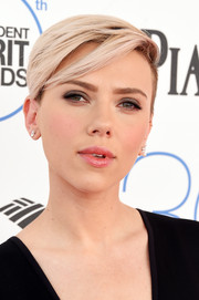 Scarlett Johansson was tomboy-chic with this half-shaved 'do during the Film Independent Spirit Awards.