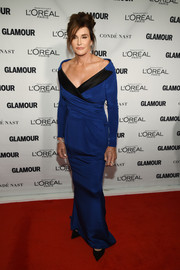 Caitlyn Jenner got all dolled up in a custom royal-blue off-the-shoulder gown by Moschino for the Glamour Women of the Year Awards.