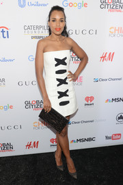 Kerry Washington completed her outfit with a black and gold printed clutch.