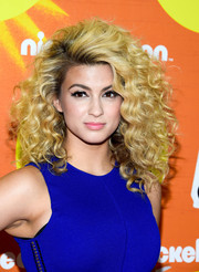 Tori Kelly attended the Halo Awards rocking her trademark big curls.