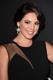 Kelly Brook swept her hair up into a classic loose bun for the InStyle and Warner Bros. Golden Globes party.