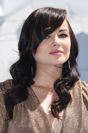 Ashley Rickards attended the MTV Movie Awards wearing vintage-glam waves with side-swept bangs.