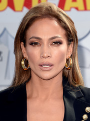 Jennifer Lopez kept her beauty look low-key with glossy nude lipstick.