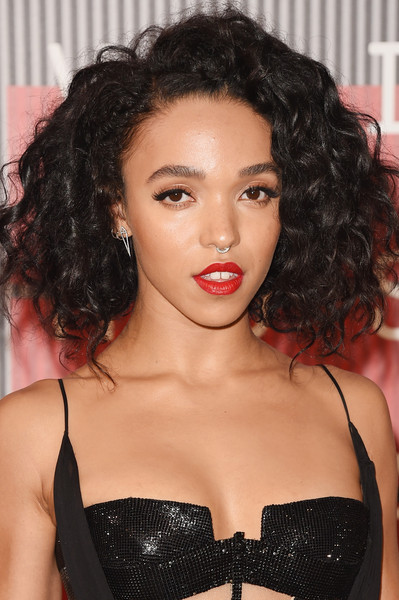 FKA Twigs looked very cute with her curled-out bob at the MTV VMAs.