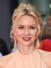 Naomi Watts paired her hairstyle with dazzling gold earrings.