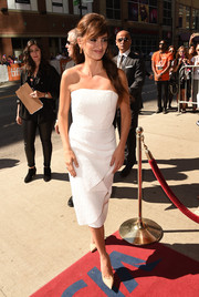 Penelope Cruz looked ageless in a textured white strapless dress by Roland Mouret at the TIFF premiere of 'Ma Ma.'