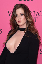 Ireland Baldwin wore her hair loose with feathery waves during the Victoria's Secret fashion show.