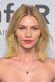 Aline Weber attended the amfAR New York Gala wearing her hair in edgy center-parted layers.