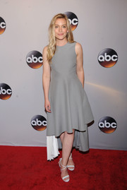 Piper Perabo donned a simple gray and white dress with a fishtail hem for the 2016 ABC Upfront.