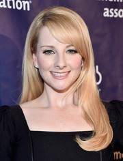 Melissa Rauch wore her hair loose with a side part, side-swept bangs, and an undercurl during the Alzheimer Association's A Night at Sardi's event.