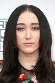 Noah Cyrus framed her face with a loose center-parted 'do for the 2016 American Music Awards.