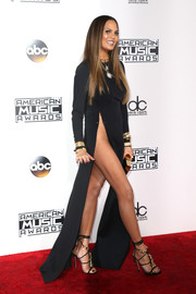 Chrissy Teigen burned up the AMAs red carpet in a black Yousef Akbar gown with two waist-high slits!