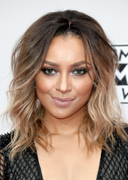 Kat Graham looked oh-so-glam with her teased waves at the 2016 AMAs.