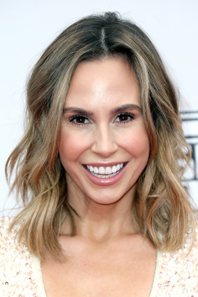 Keltie Knight wore beachy, shoulder-length waves at the 2016 AMAs.
