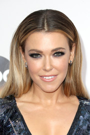 Rachel Platten wore her hair down in a straight center-parted style during the 2016 AMAs.