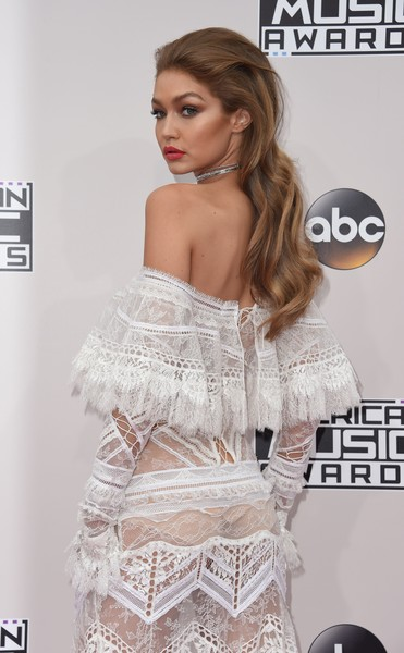 More Pics of Gigi Hadid Sterling Choker Necklace (1 of 33) - Gigi Hadid Lookbook - StyleBistro [clothing,white,shoulder,dress,beauty,fashion,hairstyle,lip,carpet,flooring,arrivals,gigi hadid,valerie macon,american music awards,california,theater,los angeles,afp,microsoft]